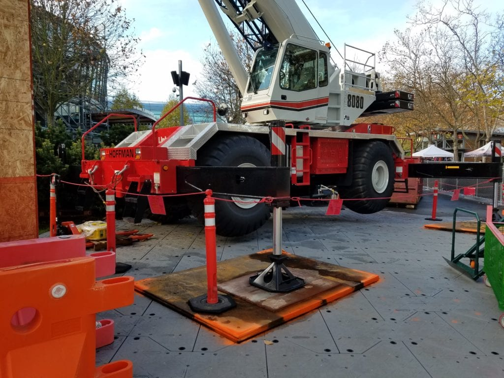 Crane using crane pads to steady itself for a lift